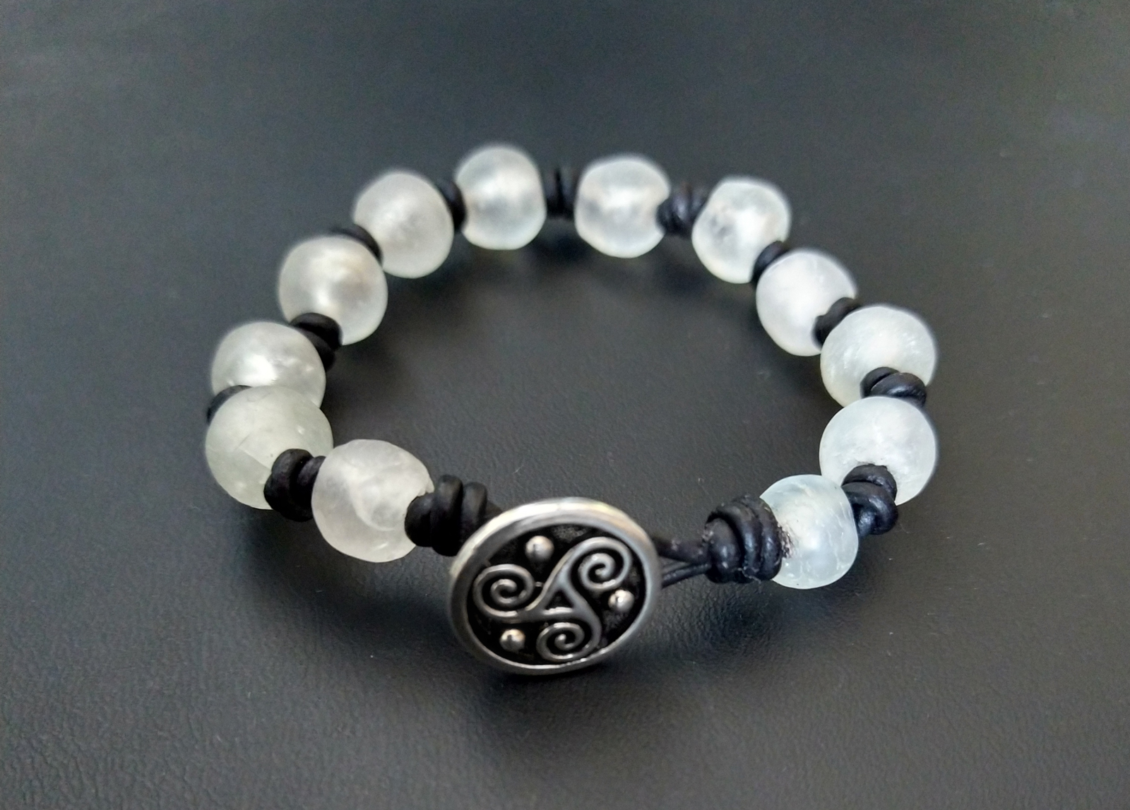 Knotted-recycled-glass-bracelet-with-black-leather-cord-button-view